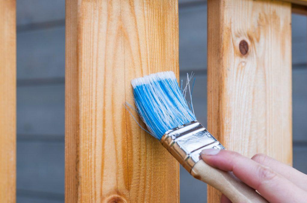 Peinture d'une clôture en bois de jardin