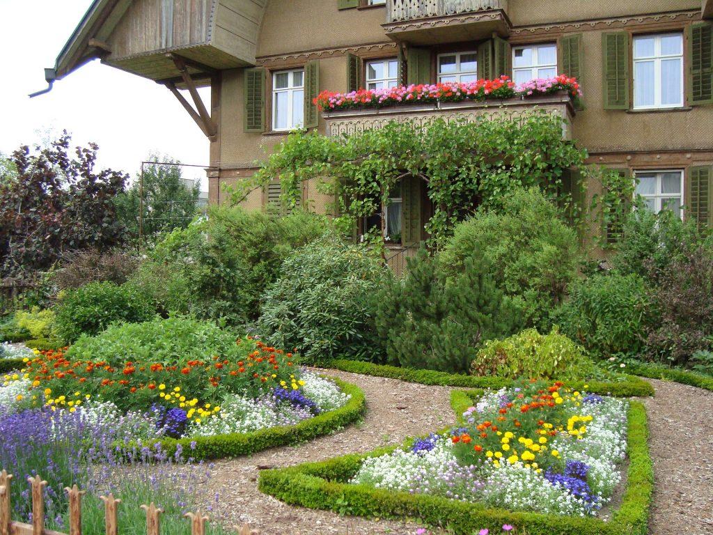 Un jardin décoratif devant une maison